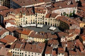 11-Lucca-Piazza-Anfiteatro